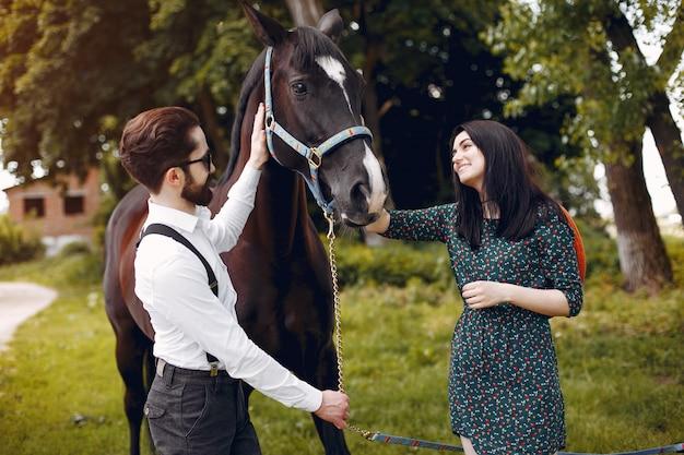 목장에서 말과 함께 귀여운 사랑의 부부
