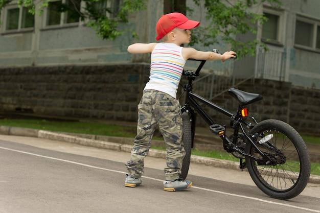 그의 자전거와 함께 귀여운 사나이 소년