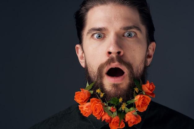 귀여운 남자와 도시 로맨스 장식 검은 배경에 꽃. 고품질 사진