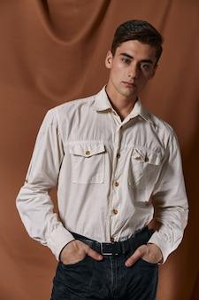 Симпатичная мужская рубашка модная прическа из ткани.