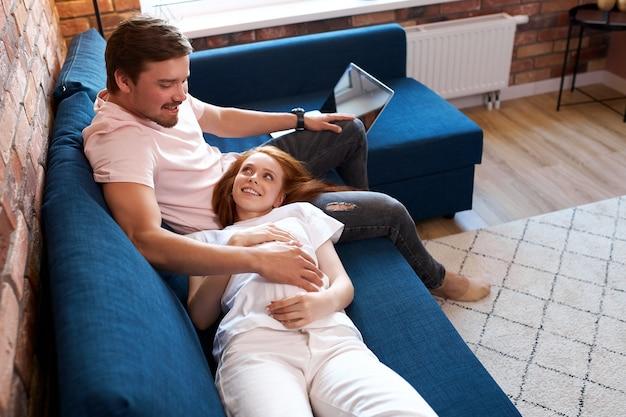 調和のとれた関係を持つ赤ちゃんを期待してかわいい夫婦