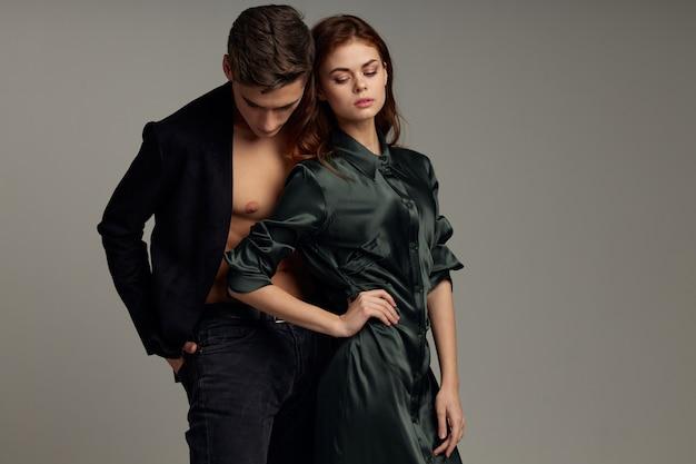 かわいい男性と女性のスタジオライフスタイルは情熱的なファッションを受け入れる