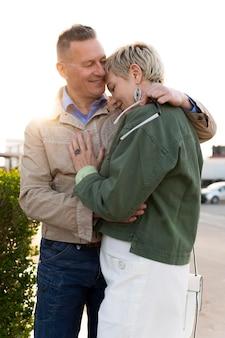 Милая пара среднего возраста ласковая