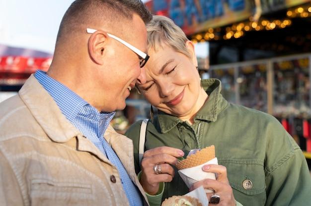 Милая пара среднего возраста на свидании в парке приключений