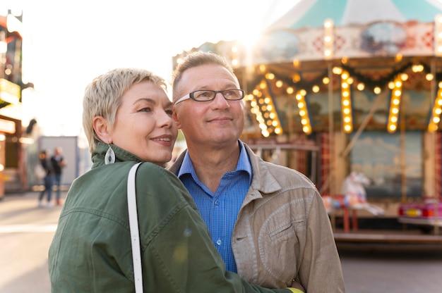 Милая пара среднего возраста на свидании