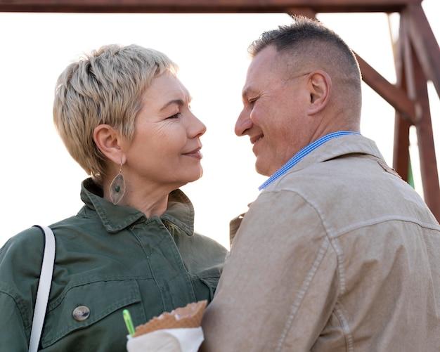 Милая пара среднего возраста устраивает хорошее свидание