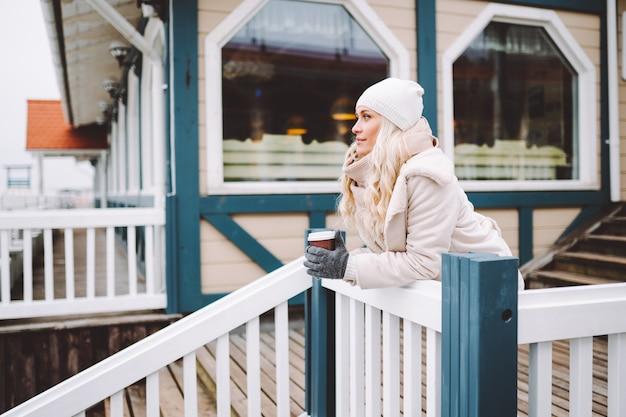 Милая девушка средних лет наслаждается временем на открытом воздухе в зимний день