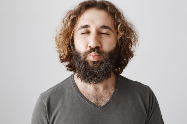 かわいい中東の男は目を閉じてキスを待っています