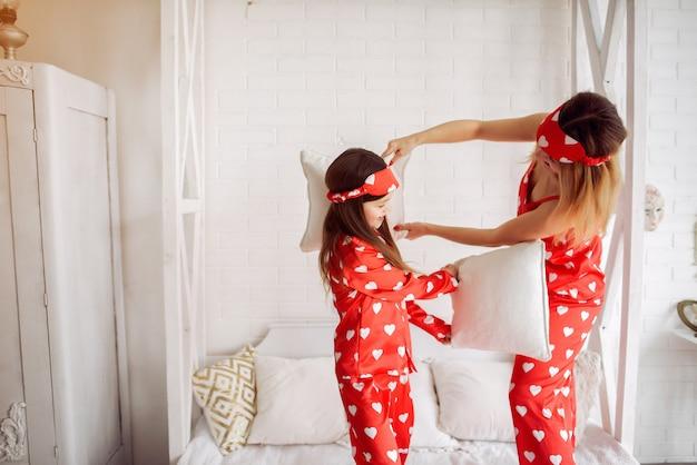 Милая мама и дочка дома в пижаме