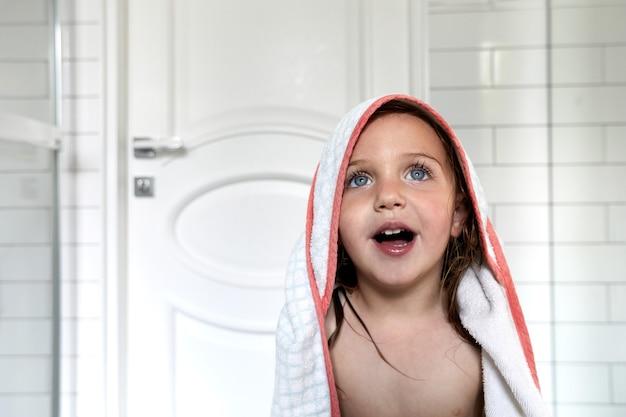 화장실에서 수건에 귀여운 벌거 벗은 여자
