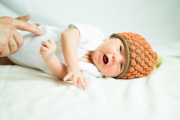 침대에 누워 니트 모자에 귀여운 신생아