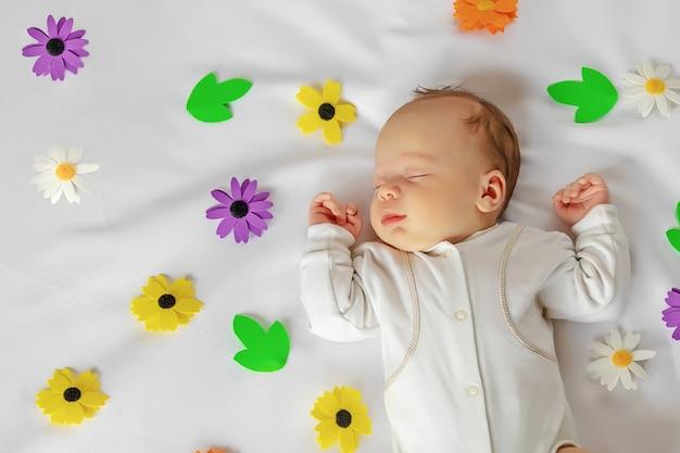 眠っているかわいい新生児