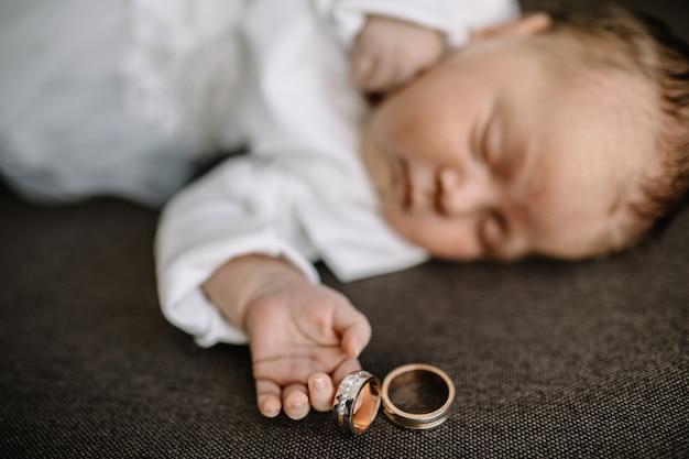 Милый новорожденный ребенок спит в постели
