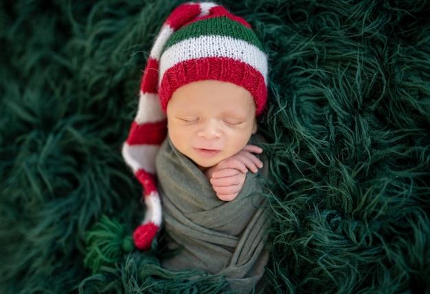 Милый новорожденный в вязаной шапке