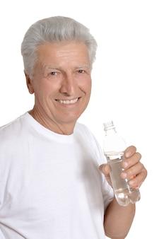 Милый старик с бутылкой воды