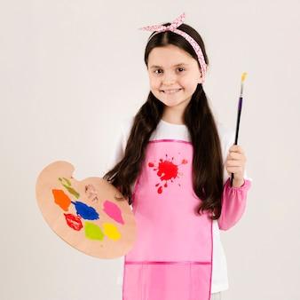 페인트 붓을 들고 귀여운 화가