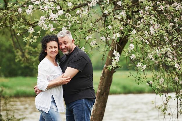 귀여운 사람들. 좋은 주말 야외에서 즐기는 명랑 커플. 좋은 봄 날씨