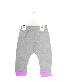 흰색 배경 위에 전면에 귀여운 분홍색 아기 onesie 점프 슈트