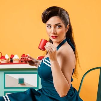 キッチンでかわいいピンナップガール