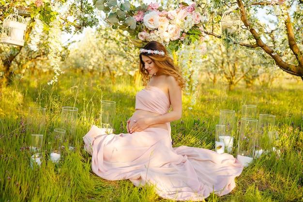 幸せな妊娠生活の概念の外のかわいい妊娠中の腹