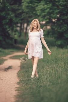 夏の日の散歩でかわいい妊婦