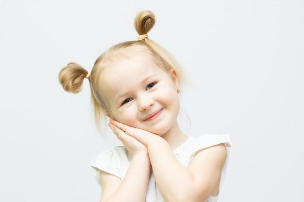 흰색 바탕에 귀여운 유치원 여자