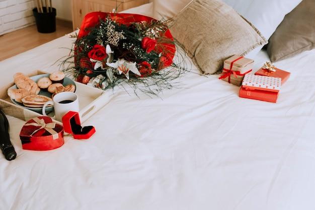 かわいいプレゼントとベッドで朝食