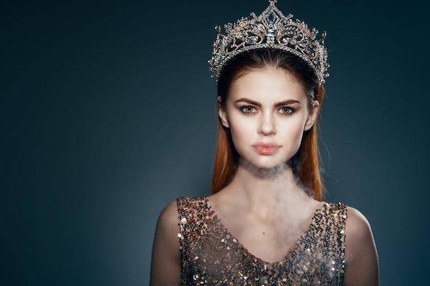 Милая принцесса с короной на голове украшение роскошный темный фон