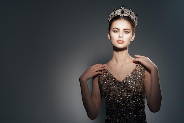 그녀의 머리 장식 럭셔리 어두운 배경에 왕관과 함께 귀여운 공주