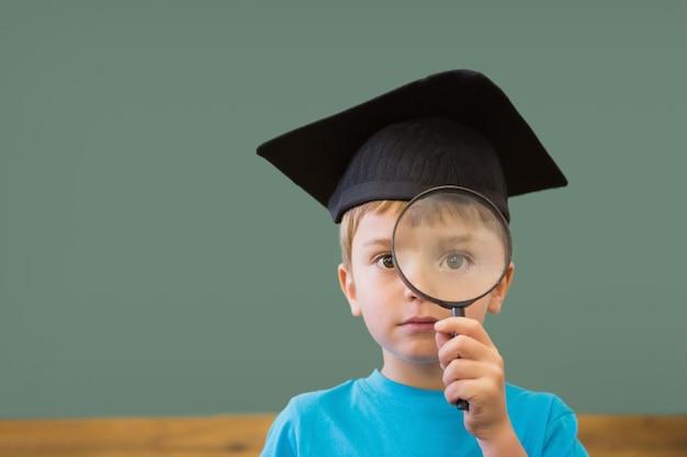 교실에서 카메라에 웃 고 박격포 보드에 귀여운 눈동자