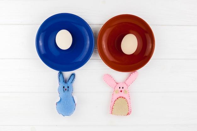 계란 접시 근처 귀여운 토끼