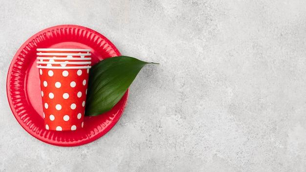 Симпатичные красные с белыми точками чашки и тарелки