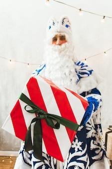 선물을주는 귀여운 산타 클로스