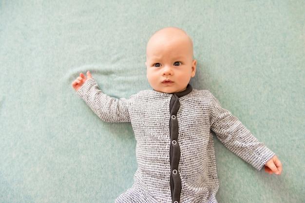 Милый испуганный ребенок на синем фоне. концепт для статей о детстве или рекламы для младенцев