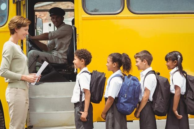 스쿨 버스를 기다리는 귀여운 학생