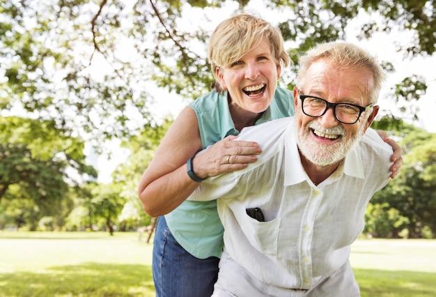 Милая пара старших в парке