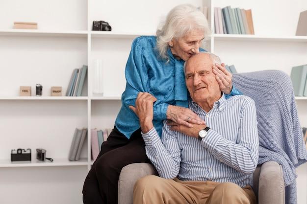 Симпатичные старший мужчина и женщина в любви