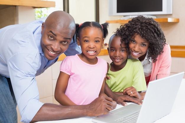 부모와 함께 노트북을 사용하는 귀여운 형제