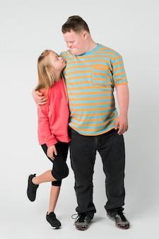 다운증후군을 가진 귀여운 남매