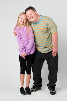 다운증후군을 가진 귀여운 남매 프리미엄 사진