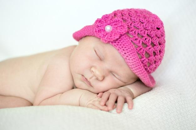 분홍색 모자에 귀여운 잠자는 신생아 소녀 클로즈업