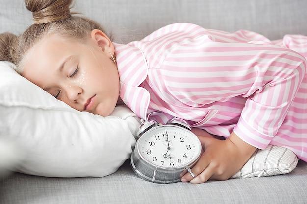 Милая сонная девушка в постели