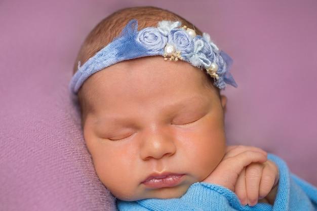 Милая сонная новорожденная девочка