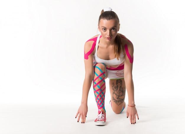 운동복에 귀여운 날씬한 젊은 여자 선수