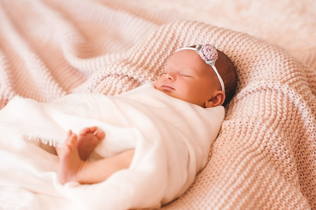 ベビーベッドのクローズアップで眠っているかわいい笑顔の女の赤ちゃん
