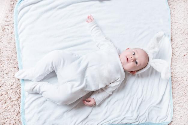 침대에 누워 있는 귀여운 웃는 아기