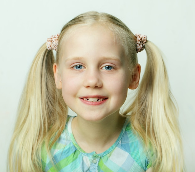 かわいい笑顔の子供、小さな女の子-幸せ