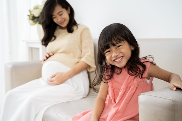 Милая улыбающаяся девочка с матерью