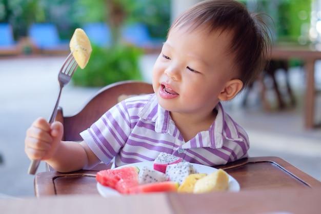 かわいい笑顔の小さなアジア人18ヶ月/