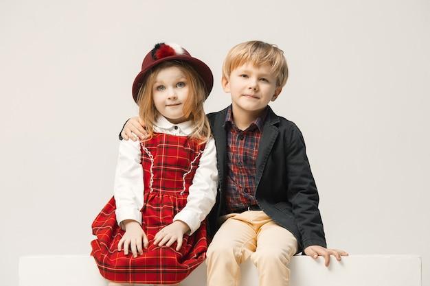 Симпатичные стильные дети на белой студии